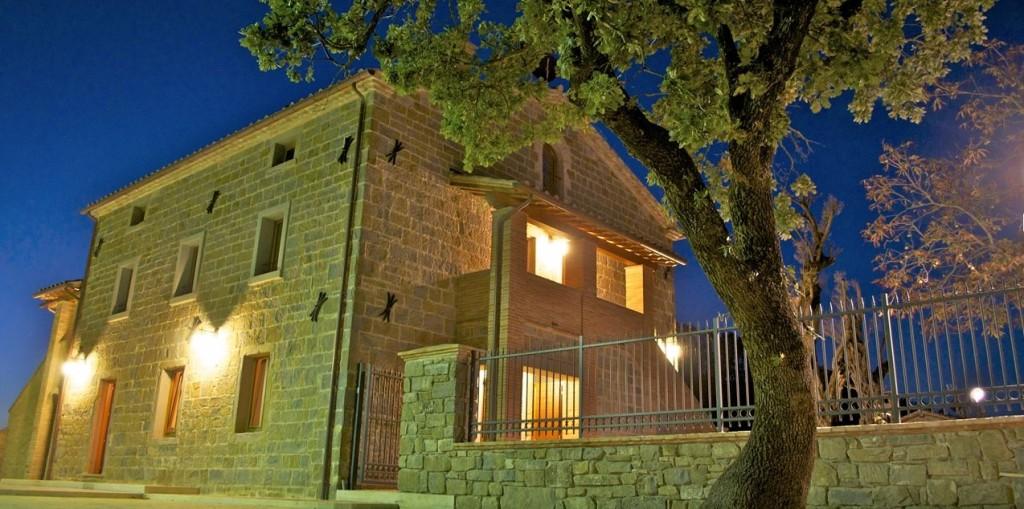 esterno notte borgo santa cecilia gubbio