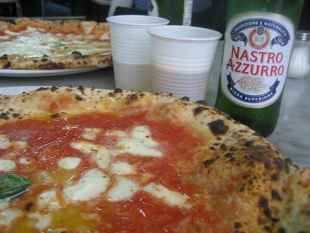 Non mangiate la pizza a Napoli