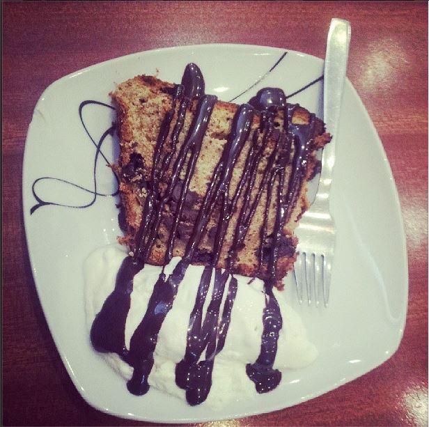 Fetta di Plumcake alla banana con panna e cioccolato