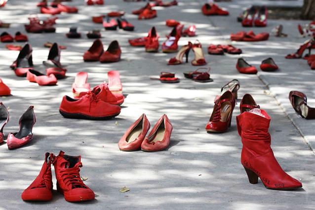 scarpe-contro-la-violenza-delle-donne-638x425