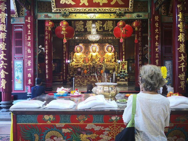 Donne che prega in una pagoda di China Town a Bankok [Foto di Friariella]